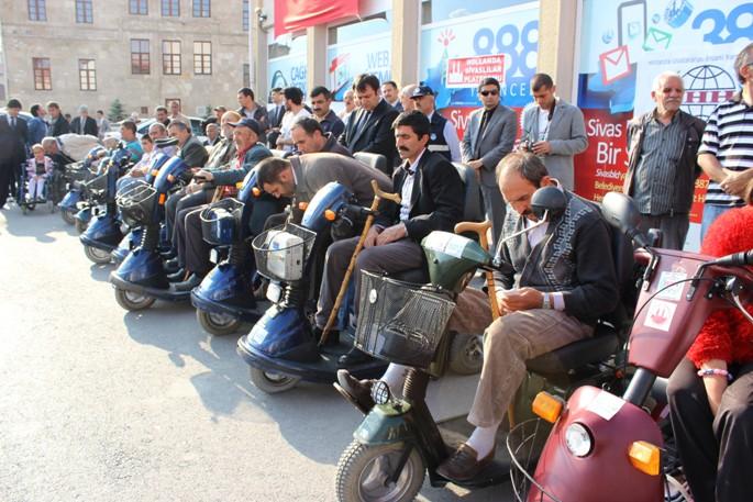 Sivas'a akülü engelli araba yardımı